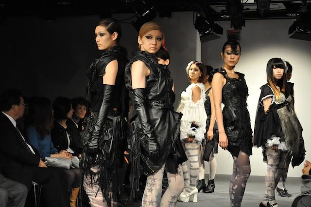 文化服装学院の学生によるショー