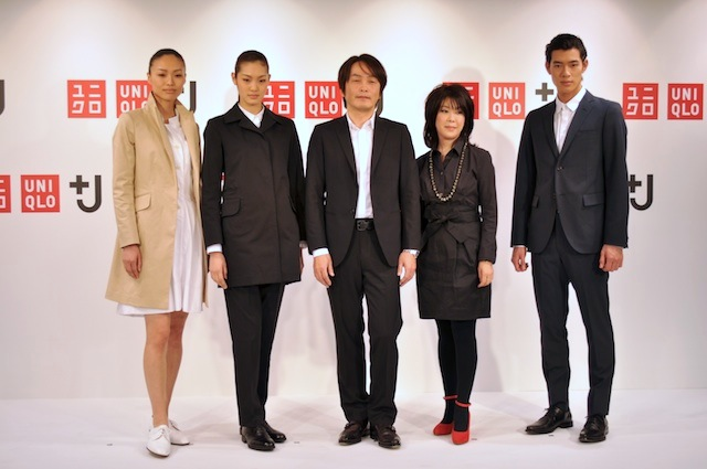 +J を着用した作家の石田衣良(中央)と「VOGUE NIPPON」編集長 渡辺三津子(中央右)