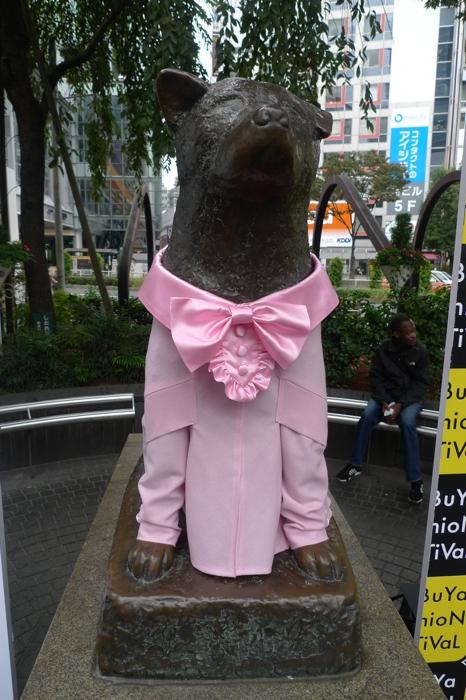 「MIKIO SAKABE(ミキオ サカベ)」の洋服を着用したハチ公