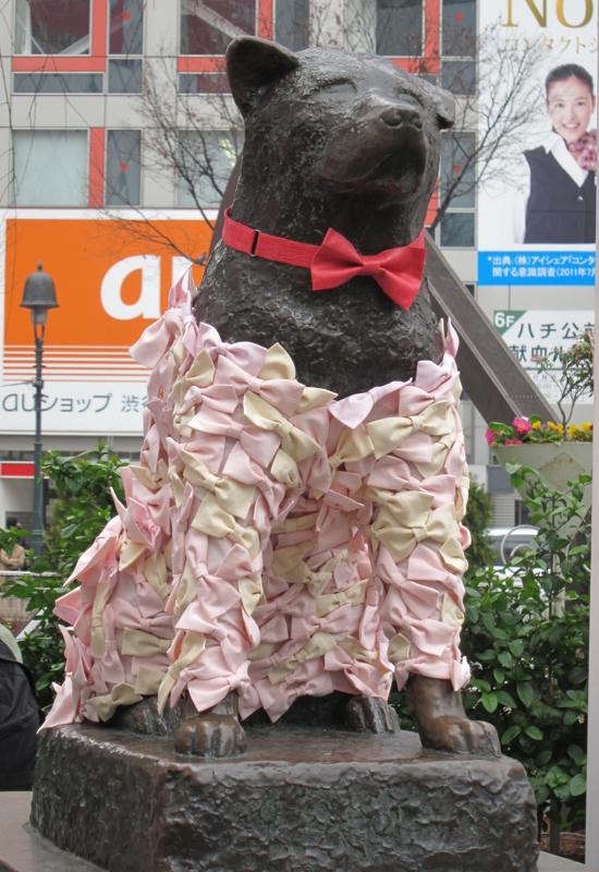 リボンドレスを着用した「ハチ公」銅像