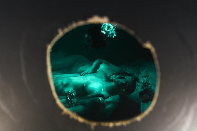 love affair 〜秘密の浦島アダム太郎〜 会場に設けられた壁の穴を覗くと...