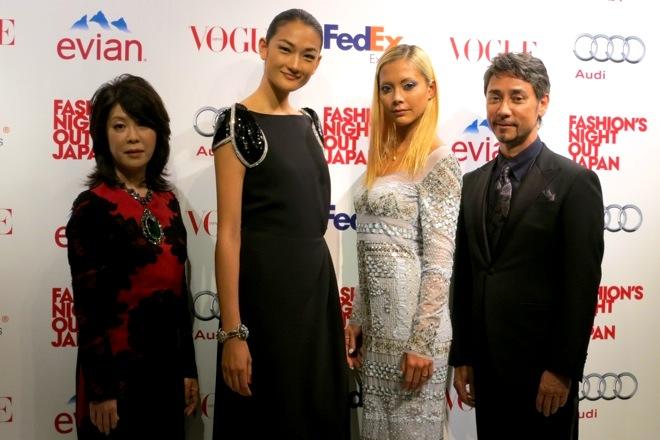 左からVOGUE JAPAN編集長渡辺三津子、アンバサダーの冨永愛、ファッションミューズの土屋アンナ、MCのクリス・ペプラー