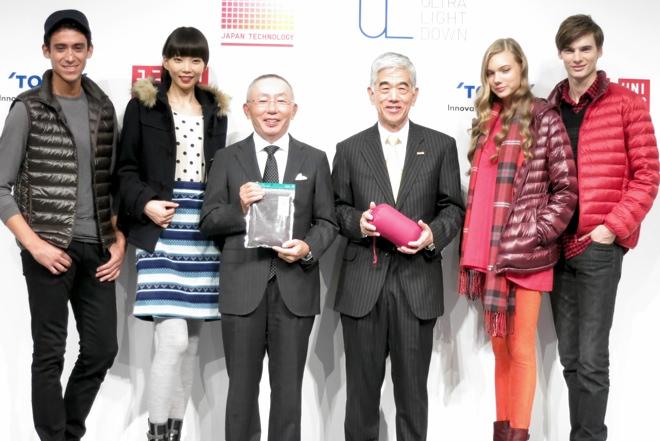 (中央左)ユニクロ 柳井正 (中央右)東レ 日覺昭廣   画像: Fashionsnap.com