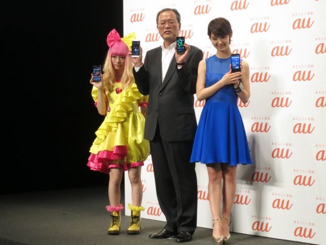 au発表会 2013 Summerに登壇した(左から)きゃりーぱみゅぱみゅ、田中孝司 社長、剛力彩芽