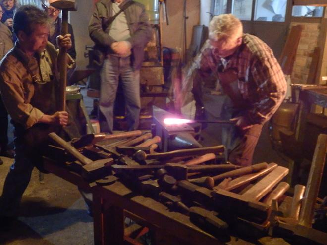 アンリ・ヴィアロンの工房で刃物制作の実演をともに披露する原幸治