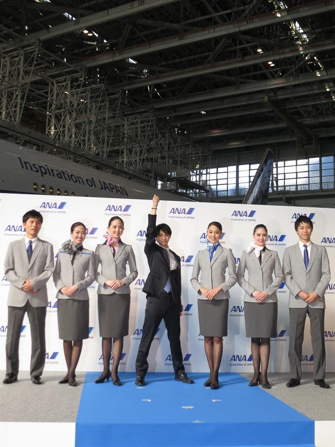 新制服を着た乗務員と羽生選手