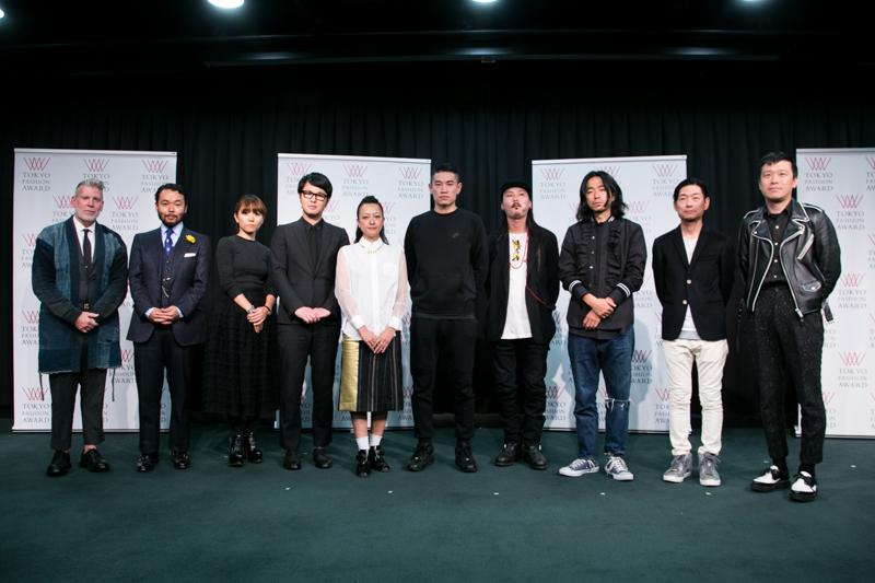 授賞式に出席したデザイナー(右から5名)と審査員(左から5名)