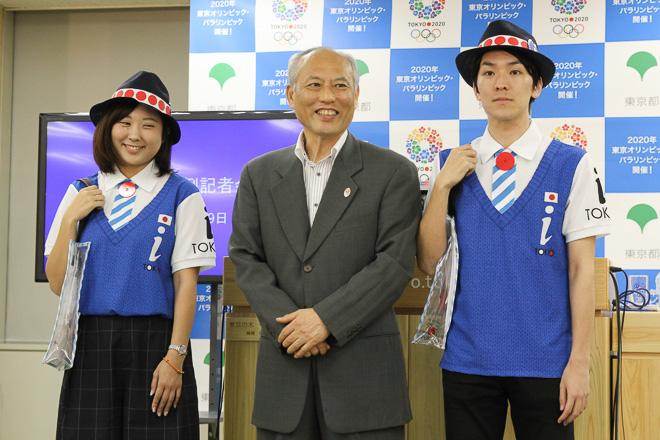 ユニフォームを着た職員と舛添知事