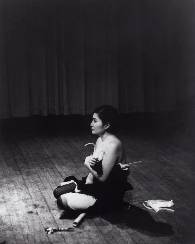 Cut Piece (1964) © Minoru Niizuma. Courtesy Lenono Photo Archive, New York