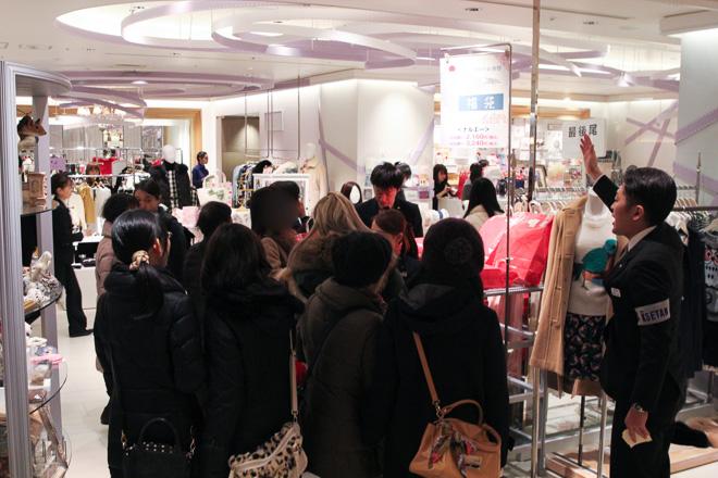 伊勢丹新宿店本館4階の福袋販売の様子