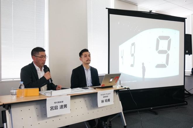 (左から)「カウンター・ヴォイド(Counter Void)」の作者 宮島達男、Relight Project事務局長 林曉甫