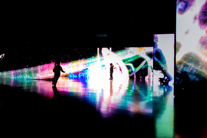 チームラボ《追われるカラス、追うカラスも追われるカラス、そして分割された視点―Light in Dark》 2014年 / 展示風景:「チームラボ踊る!アート展と、学ぶ!未来の遊園地」未来科学未来館、2014年 *参考作品