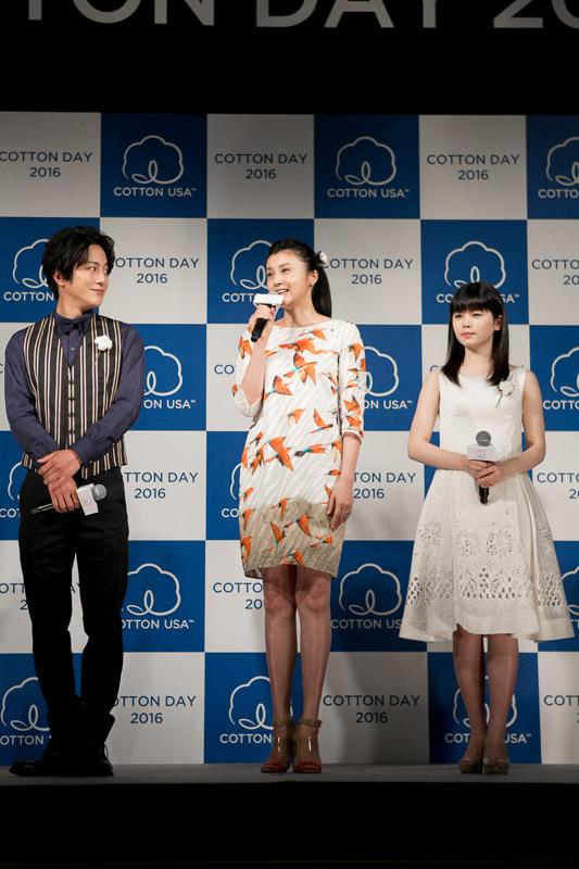 「COTTON USA AWARD 2016」受賞者(左から)溝端淳平、藤原紀香、小芝風花