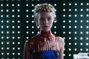 エル・ファニング主演のスリラー映画「ザ・ネオン・デーモン」にエンポリオ アルマーニが衣装協力