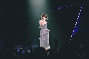 セレーナ・ゴメス、ワールドツアーで「ジョルジオ アルマーニ」のドレスを着用