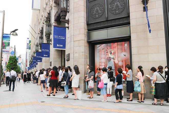 三越伊勢丹の夏セールがスタート 伊勢丹新宿店に6100人が来店