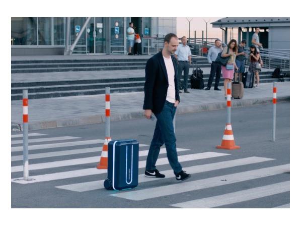 完全手ぶらが実現?AI搭載で人を追尾するロボットスーツケースが登場の画像