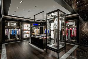 モンクレール最大級の旗艦店がNYにオープン、トム・ブラウンやスパイク・リーと協業