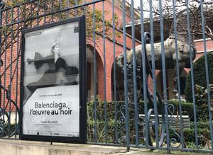 バレンシアガの「黒」に焦点当てた展覧会、パリコレ最終日に開幕
