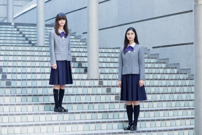 (左から)中学校制服(モデル:福士まり)、高等学校制服(モデル:井上えれな)