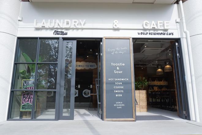 カフェとランドリーの入口