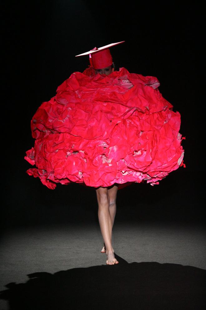 山縣良和《collection #04 graduate fashion show -0points-》 2009 ©writtenafterwords