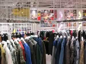 ベイクルーズグループ、価格や性別MIXの新業態セレクト路面店を新宿にオープン