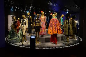 イヴ・サンローラン美術館がパリにオープン、サロンや仕事場など再現