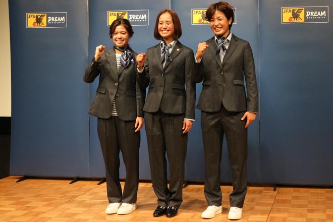 左から長谷川唯選手、高倉麻子監督、池田咲紀子選手