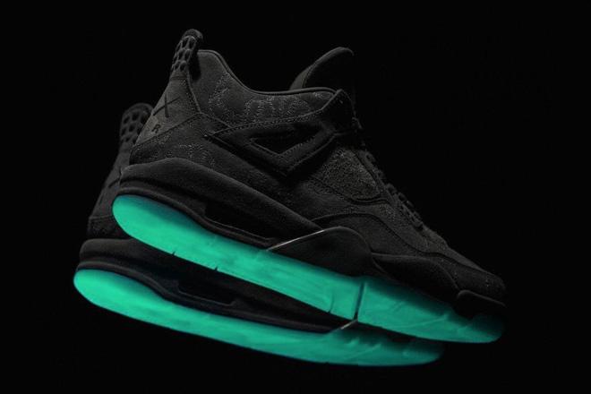 ブラックカラーの「KAWS×Air Jordan 4」の一般発売は今月?の画像