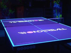 ロンドンのバーに登場したインタラクティブ卓球台が話題の画像