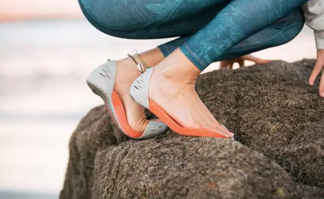 親指とかかとのみで足に固定する次世代のサンダル登場の画像