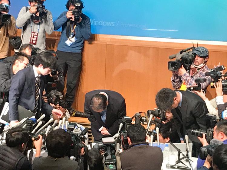 謝罪する篠崎洋一郎 はれのひ代表取締役社長(中央)