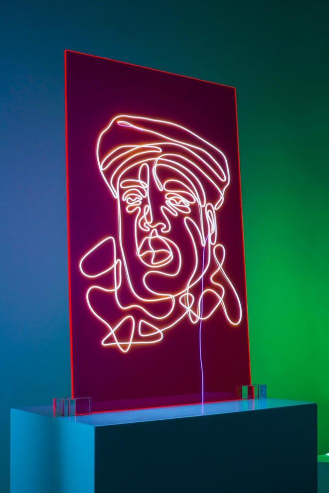 カニエやファレルがアートに、1本のネオン管で描いた有名ラッパー12名の肖像画の画像