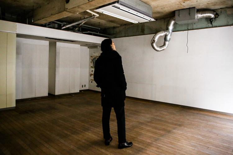 内装工事前の店内に立つ「ロアートヴィンテージ」オーナーの十倍直昭