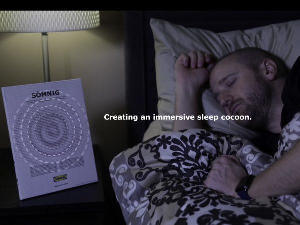 読者を眠りへと誘う、IKEAのユニークな雑誌広告が話題の画像