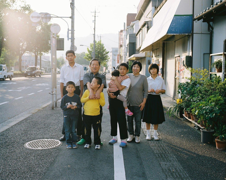 里親家庭や養子縁組家族の日常を撮影、江連麻紀の写真展「フォスター」が開催