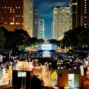新宿の夜景をバックに映画鑑賞、小田急電鉄が屋外シアターイベント開催