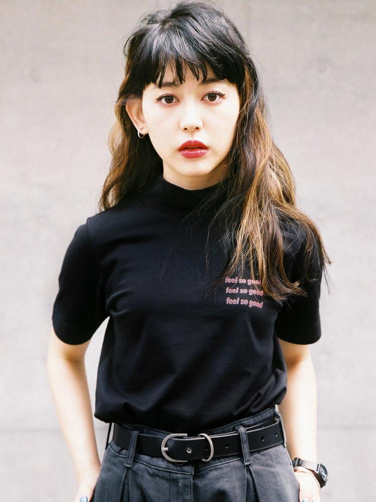 モックネックTシャツ、ブラックデニムパンツ