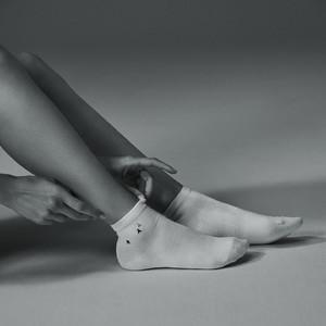 紙とシルクで編まれた世界初の靴下製作、新ブランドがデビュー