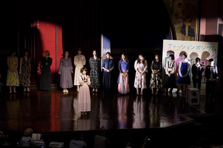東京大学安田講堂で開催されたファッションポジウム(中央)松村智世