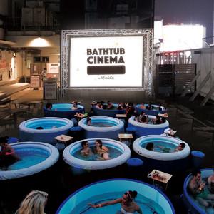 バスタブに浸かりながら映画鑑賞「バスタブシネマ」が日本初開催