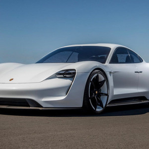 ポルシェ初の完全電動スポーツカー、購入希望者が殺到