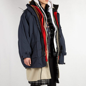 7枚の服を重ね着?バレンシアガがオーバーサイズコート発売
