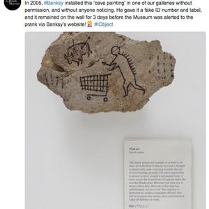 バンクシーが無断で設置した洞窟壁画が大英博物館の公式展示品に