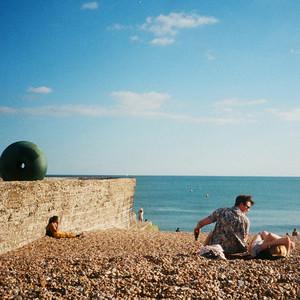 モデルのモーガン茉愛羅が初の個展開催、英国で撮影した作品公開