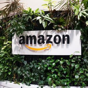 アマゾンが時価総額1兆ドル突破、アップルに続く史上2社目
