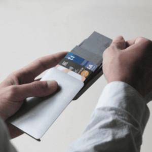 スライド操作でカードを取り出せる極薄ウォレット「Zenlet 2」に注目
