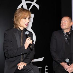 YOSHIKIが「YSL BEAUTY HOTEL」の記者会見に登壇、メイクショーを披露