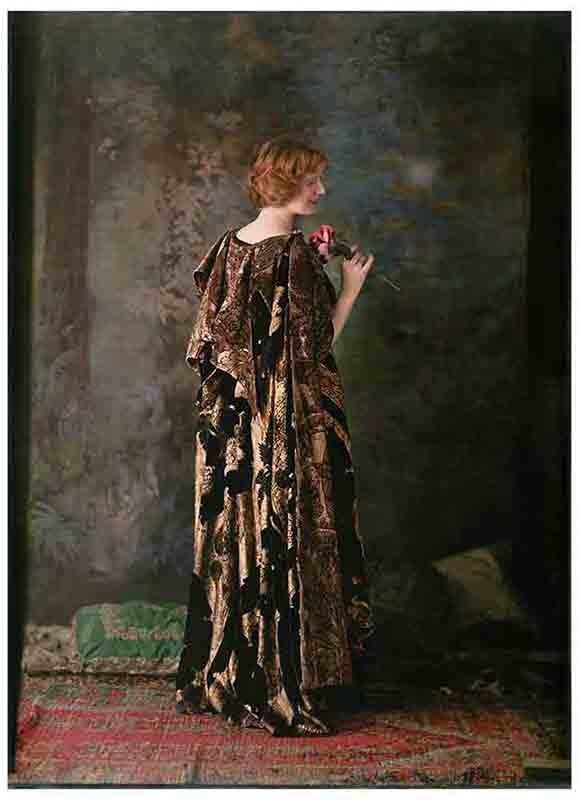 マリアノ・フォルチュニ撮影「模様をプリントした絹ベルベットの衣装を身に着けたモデル」インクジェットプリント(オリジナル:1915年頃 オートクローム・リュミエール)フォルチュニ美術館蔵 (C) Fondazione Musei Civici di Venezia - Museo Fortuny
